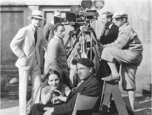Tod Browning sentado en el centro de la imagen
