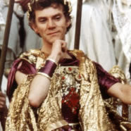 "Malcolm McDowell interpretando a ""Caligola"""