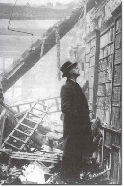 Un paseante curiosea sobre los restos de un estante de una biblioteca londinense que se mantiene en pie, a pesar de los bombardeos de la Segunda Guerra Mundial.Un paseante curiosea sobre los restos de un estante de una biblioteca londinense que se mantiene en pie, a pesar de los bombardeos de la Segunda Guerra Mundial.