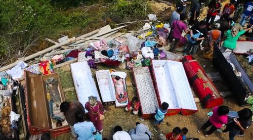 muertos desenterrados tribu indonesia toraja
