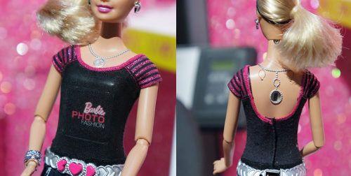 A la Barbie le sale una cámara digital del pecho