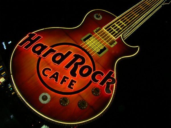 La primera guitarra que se colgó en el Hard Rock Café