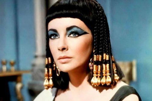 Elizabeth Taylor interpreta a Cleopatra VII