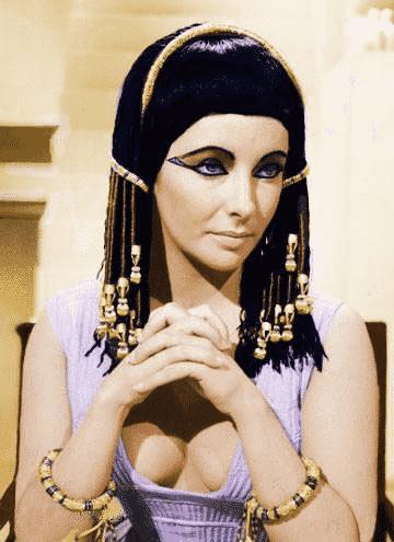 Elisabeth Taylor interpretando a Cleopatra