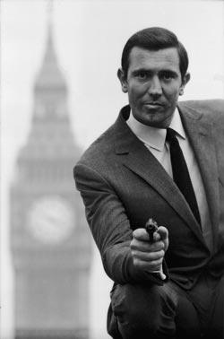 George Lazeby interpreta a James Bond
