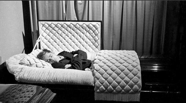 James Dean en el feretro Siete meses antes de fallecer