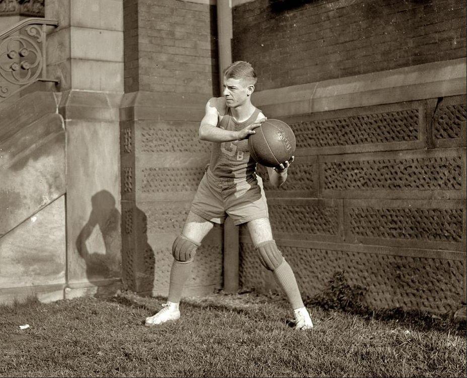 Así se vestía para jugar al baloncesto a comienzos del siglo XX