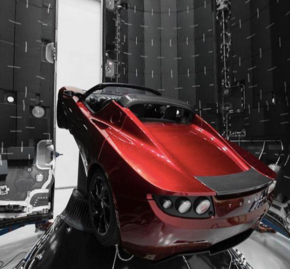 Tesla Roadsterde color rojo que viajó al Espacio