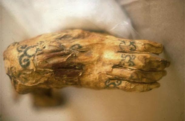 El tatuje de la momia Amunet adoradora de Hathor