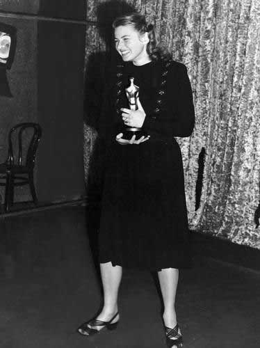 Ingrid Bergman recoge el Oscar por Anastasia