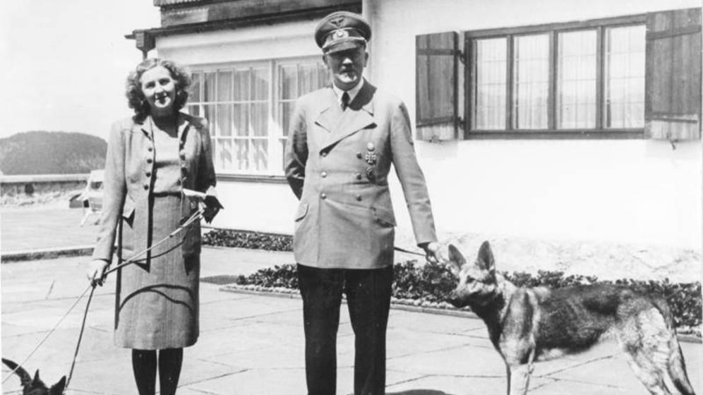 Eva Braun junto a Adolf Hitler y sus perros