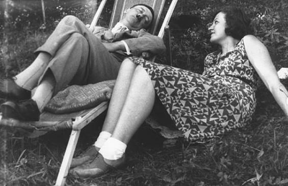 Eva Braun junto a Adolf Hitler durmiendo la siesta