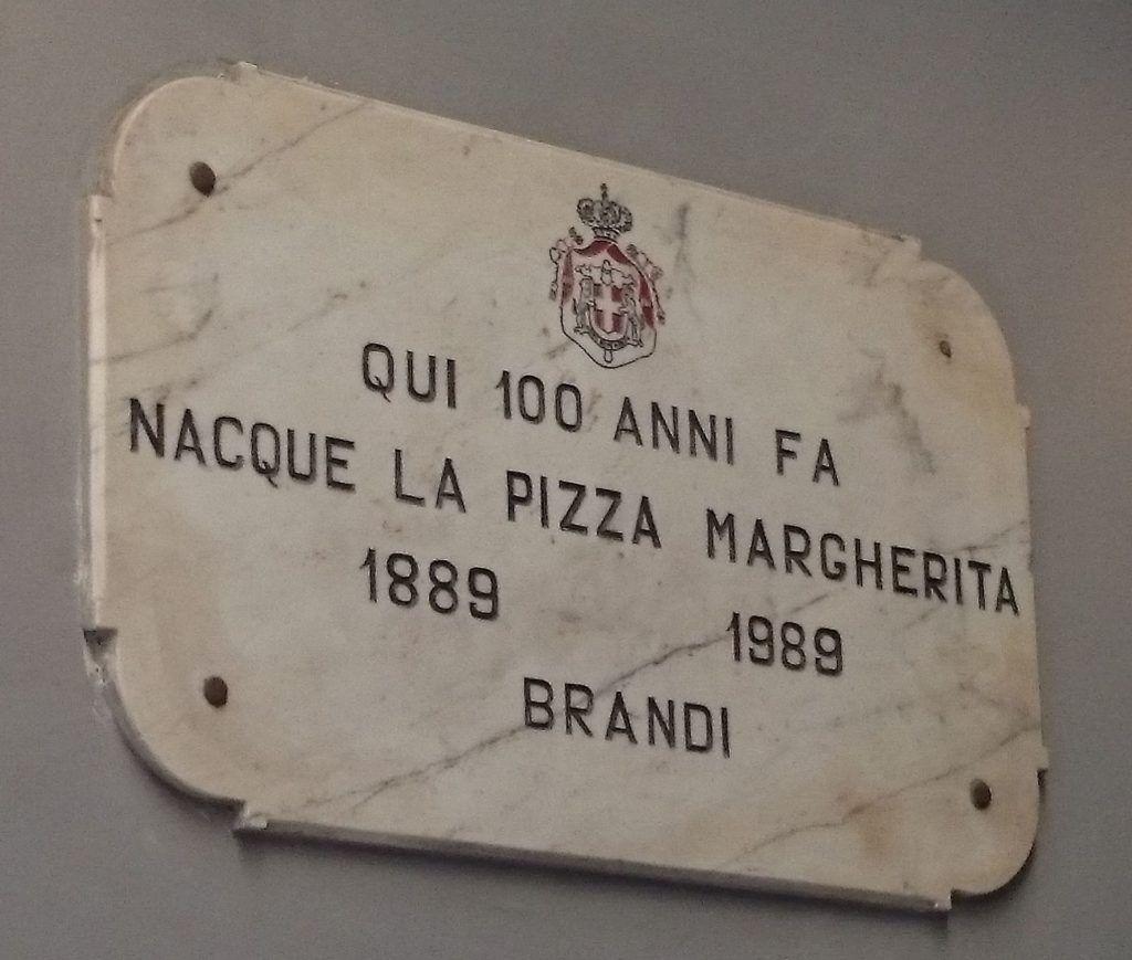 placa conmemorativa del centenario de la creación de la pizza Margarita