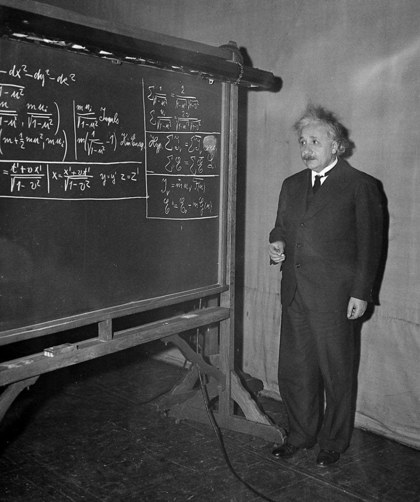 Albert Einstein frente a la pizarra