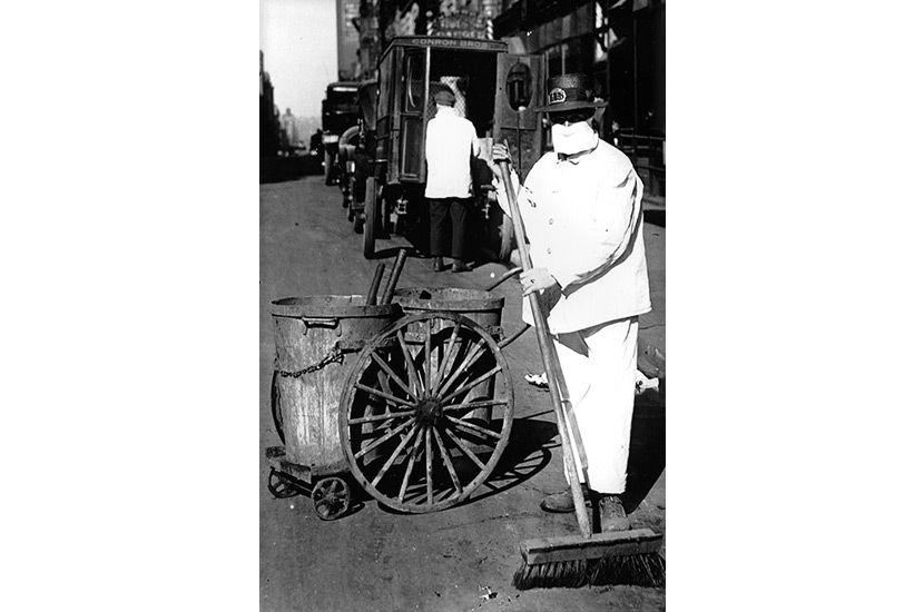 Imagen de un barrendero en Nueva York, con mascarilla, para protegerse de la Pandemia de 1918