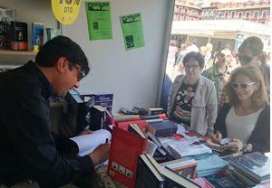 José Carlos Bermejo firmando sus libros en la Feria del libro de Valladolid