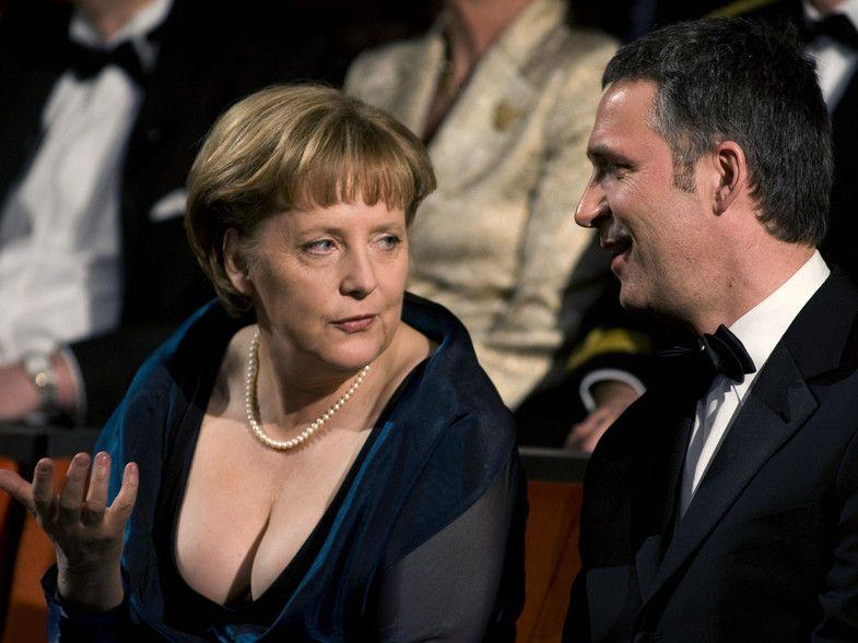 Angela Merkel en la opera luciendo escote